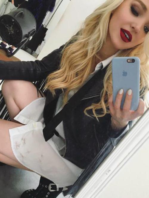 mirror-selfie-poses-for-girl-2